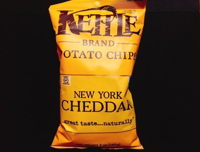 ケトルチップスのチェダーチーズの袋表