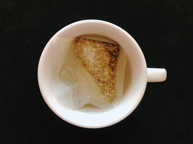 センナ茶のティーパックをコップに入れる