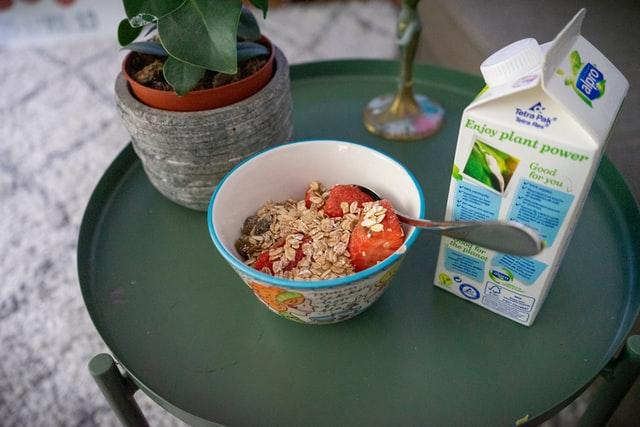 ミューズリーと牛乳の朝食