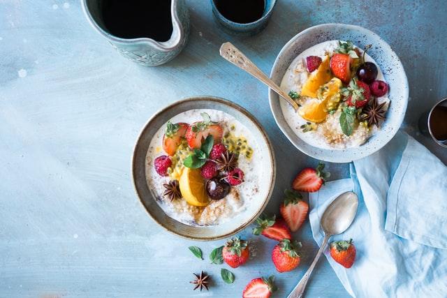 ミューズリーとフルーツがのった朝食