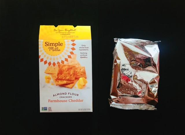 シンプルミルズのチーズクラッカーを箱から出す