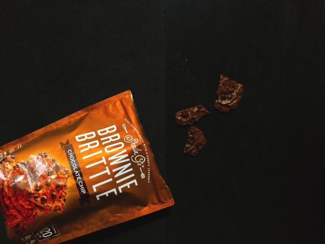 チョコチップがトッピングされたブラウニーブリトル