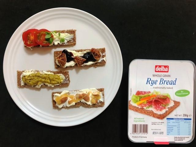 ライ麦パンで作ったフィンガーフードとデルバのライブレッド