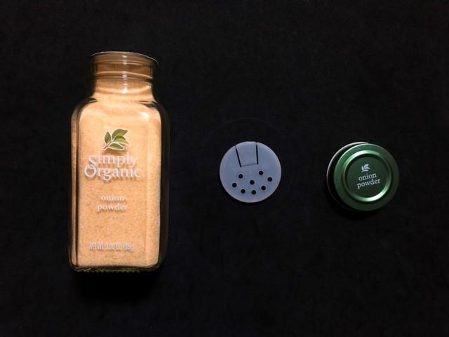 シンプリーオーガニックの容器は瓶で中蓋は穴の種類が2つ